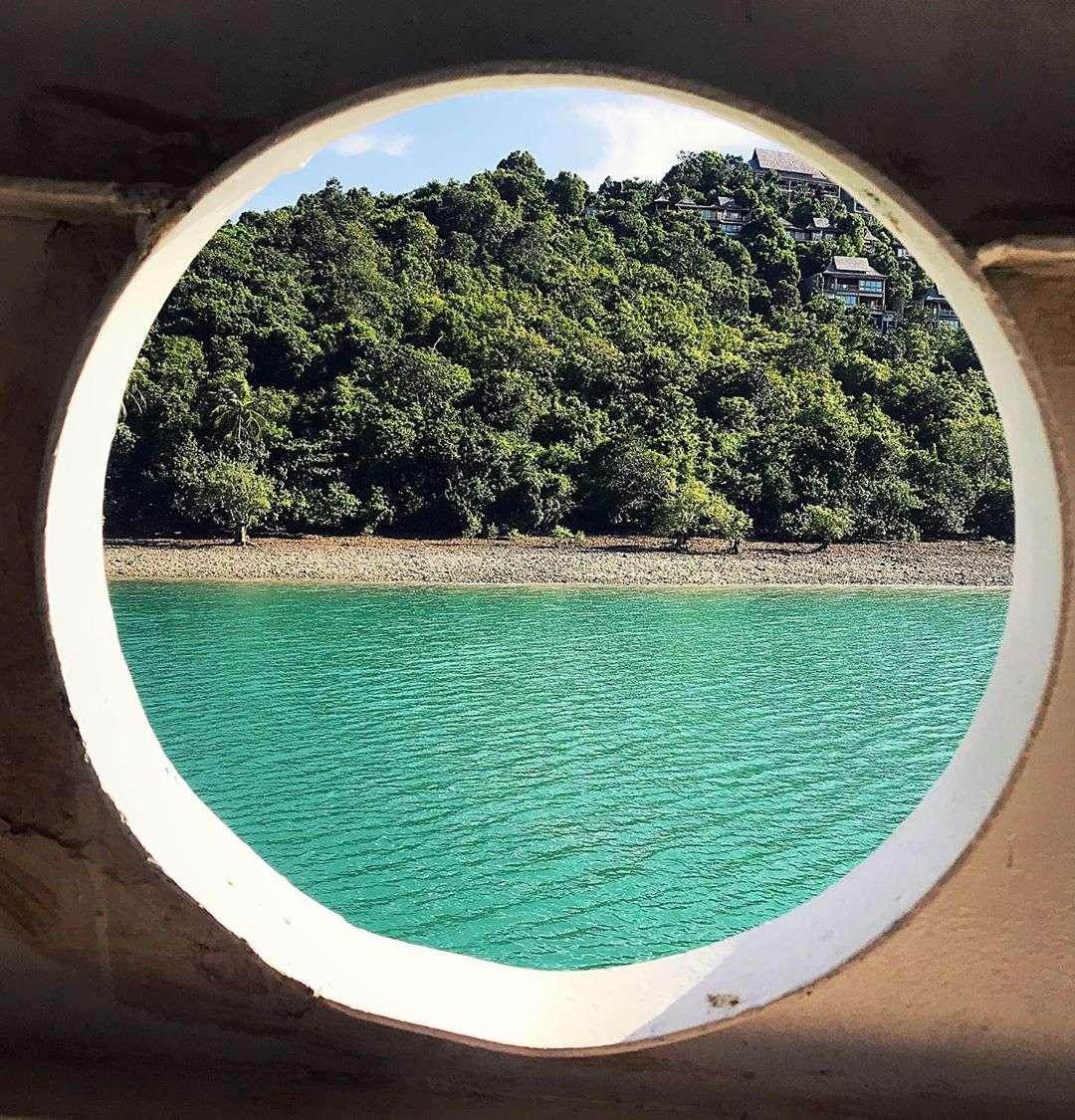 Koh Yao Yai vanaf een schip gezien - door een groot rond gat