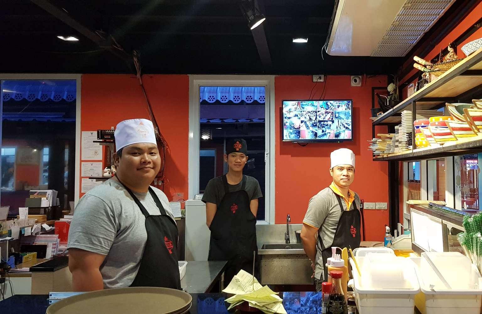 De Japanse chefs van P.P. Wang Ta Fu op Koh Phi Phi