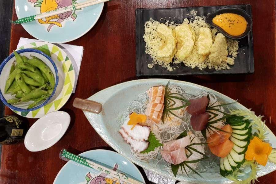Sashimi, gefrituurde avocado en nog meer lekkers bij P.P. Wang Ta Fu op Koh Phi Phi