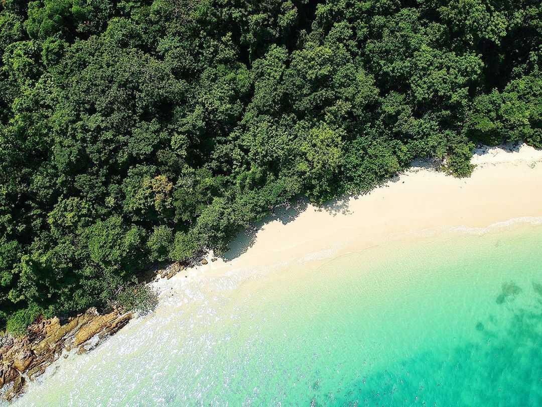 Een mooi wit strand op Koh Yao Yai vanaf de lucht gezien