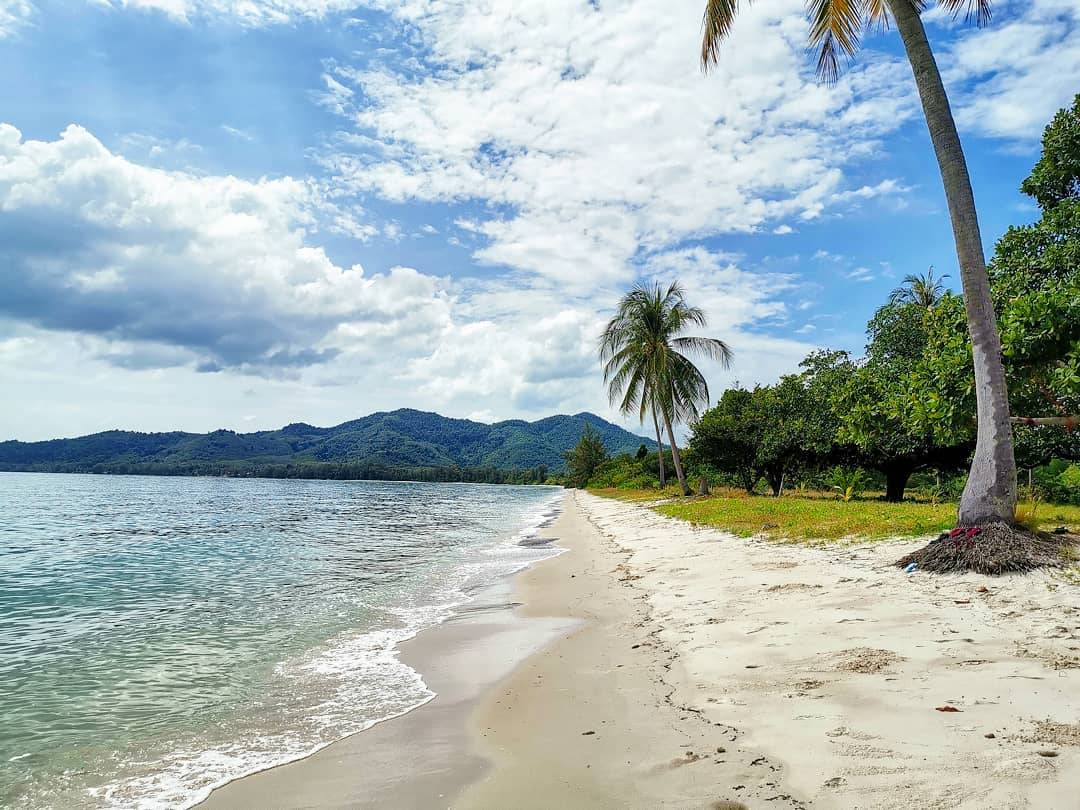 Wit zand en palmbomen op een strand van Koh Yao Yai