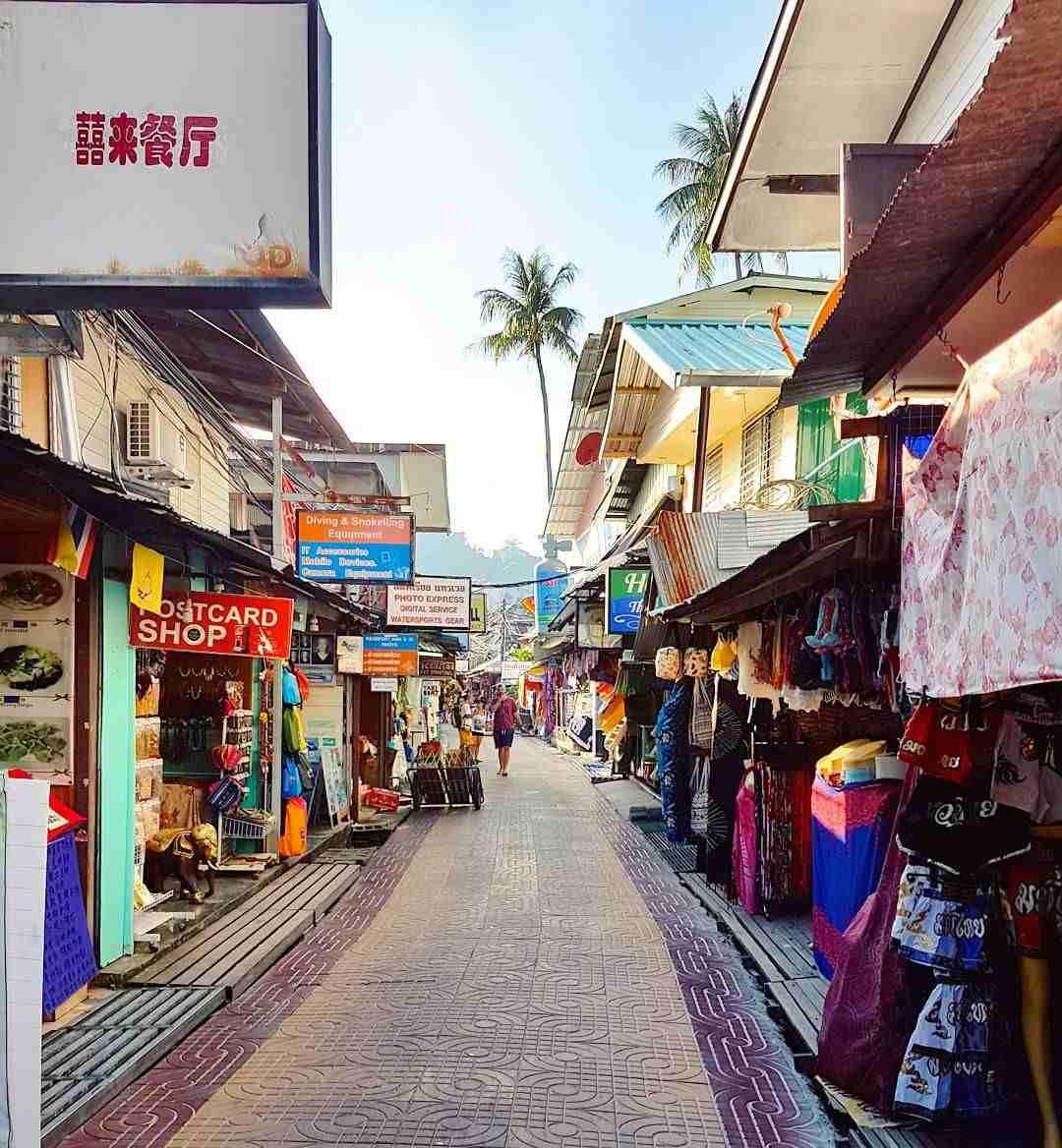 De hoofdstraat van Ton Sai Village op Koh Phi Phi
