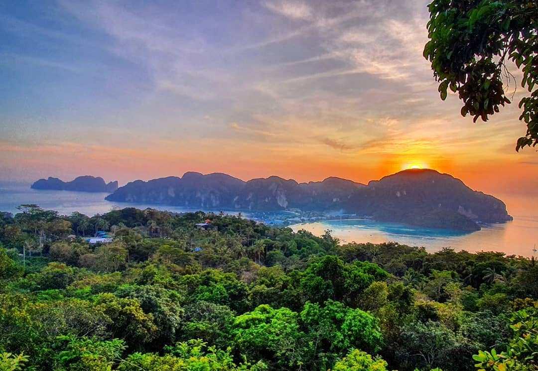 Uitzicht vanaf Phi Phi Viewpoint 3 tijdens zonsondergang
