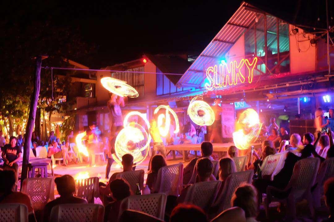 Vuurdansers bij Slinky op Koh Phi Phi in Thailand