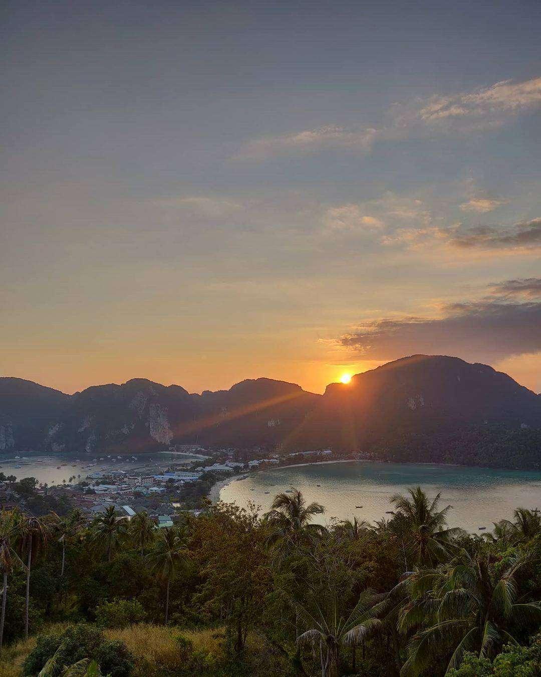 Uitzicht vanaf Phi Phi Viewpoint 2 tijdens zonsondergang