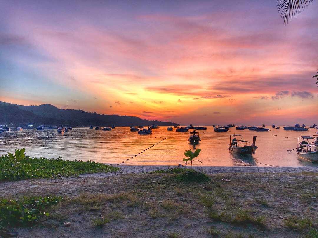 Zonsondergang vanaf het Phi Phi Cliff Beach Resort