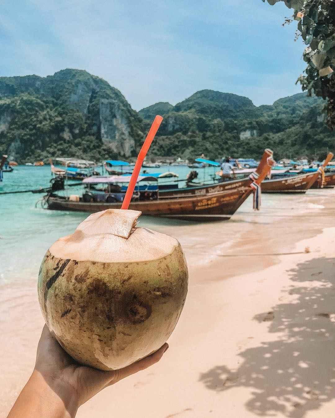 Verse kokosnoot op het strand van Ton Sai Bay (Koh Phi Phi, Thailand)