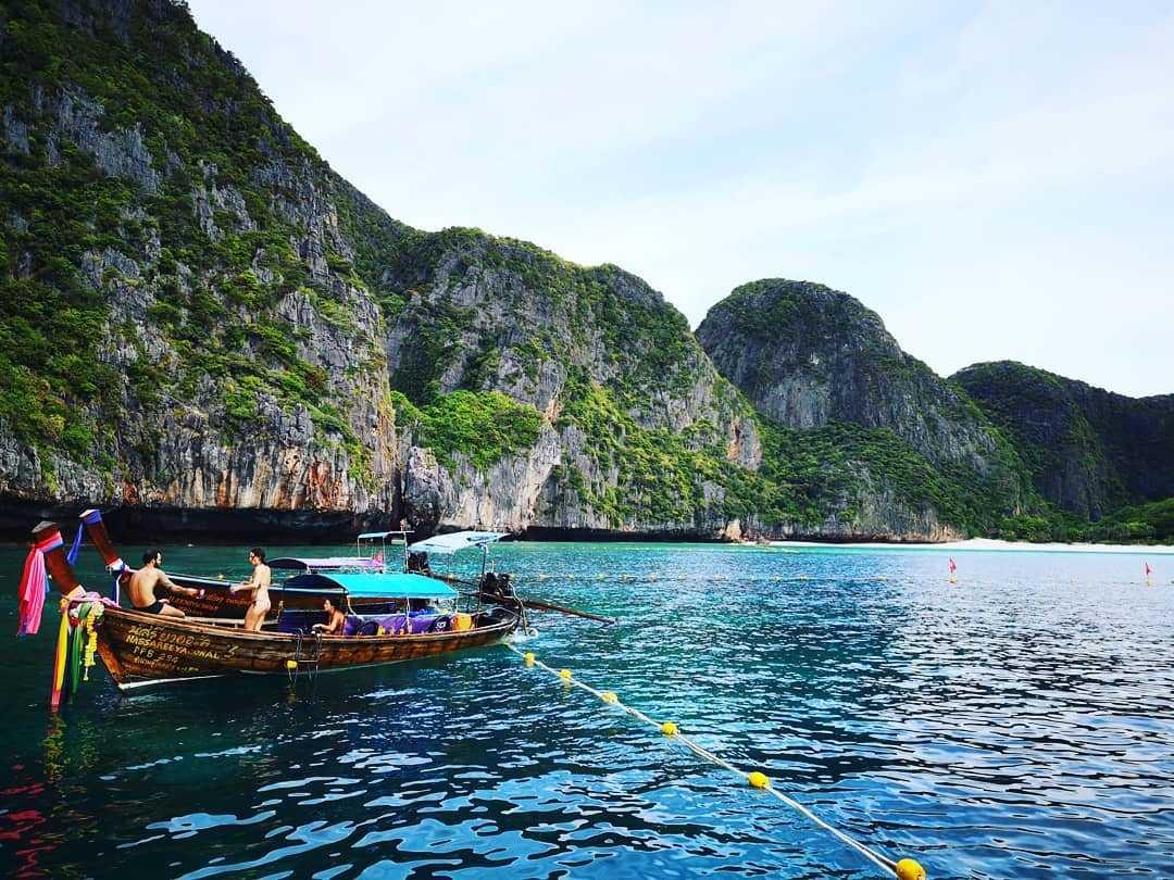 Longtailboot voor gesloten Maya Bay