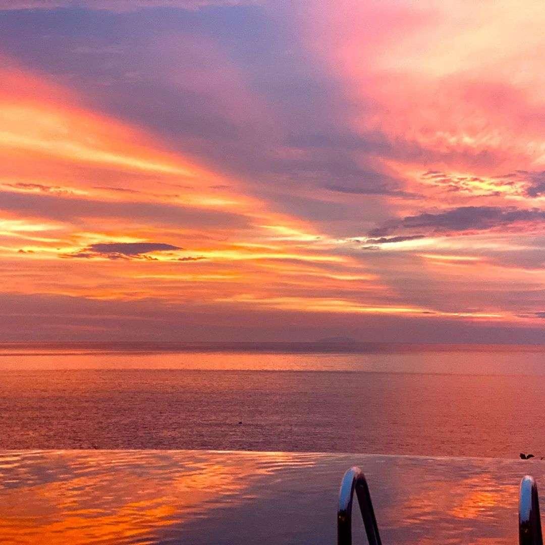 De zon zien ondergaan vanaf het zwembad van Holiday Inn Phi Phi Resort op Laemtong Beach