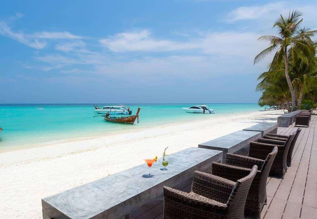 Lekker verkoelend drankje aan de bar met uitzicht op het strand van Laemtong Beach (Holiday Inn Resort op Koh Phi Phi)
