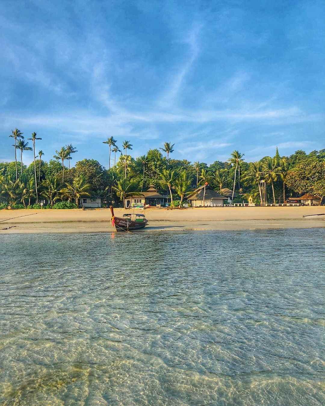 Uitzicht vanaf de zee op Laemtong Beach (Koh Phi Phi) - Op het terrein van het Holiday Inn Resort