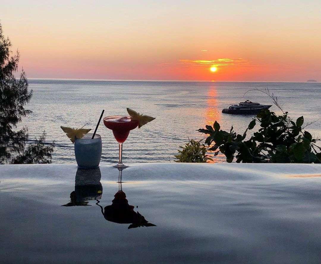 Cocktails drinken terwijl je naar de zonsondergang kijkt vanuit je privezwembad bij het Holiday Inn Resort op Koh Phi Phi