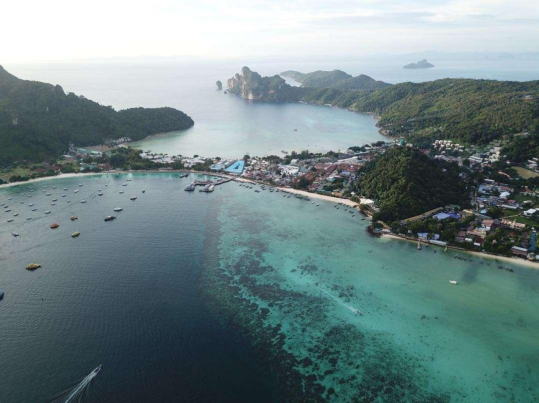Ton Sai Pier, Village en Beach op Koh Phi Phi vanaf een drone gefotografeerd