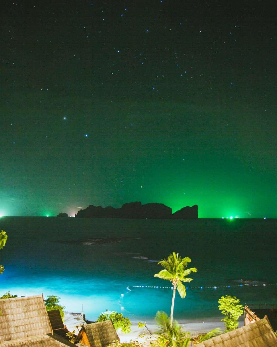 Lichten van vissersboten in de verte in de avond gezien vanaf Koh Phi Phi
