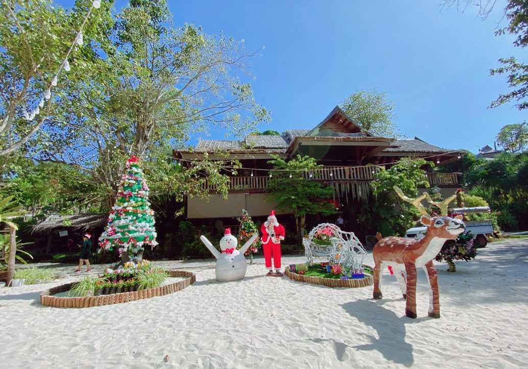 Kerst op Koh Phi met een kerstboom en opblaas sneeuwpop, kerstman en rendier bij het Phi Phi The Beach Resort op Long Beach