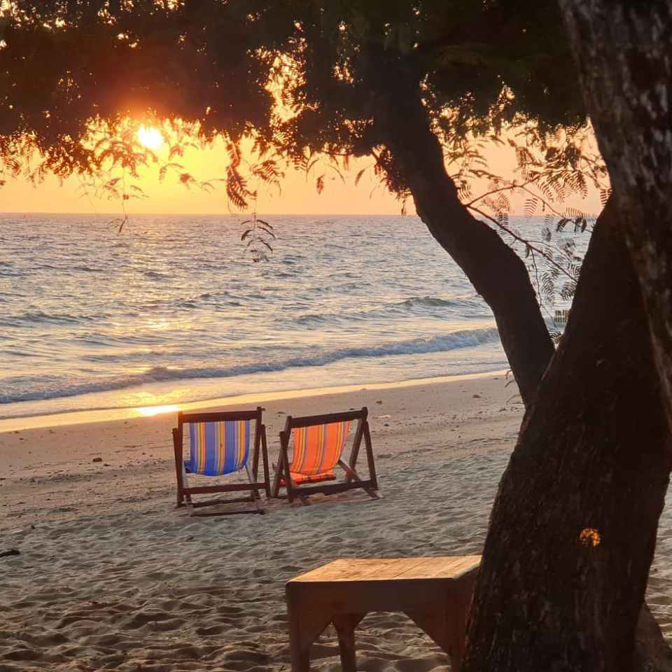 Genieten van een dagje strand met de zonsondergang bij het Phi Phi Relax Beach Resort