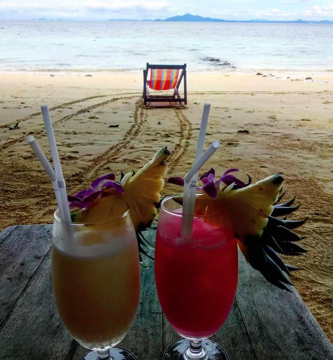 Cocktails op het strand van Koh Phi Phi, Thailand