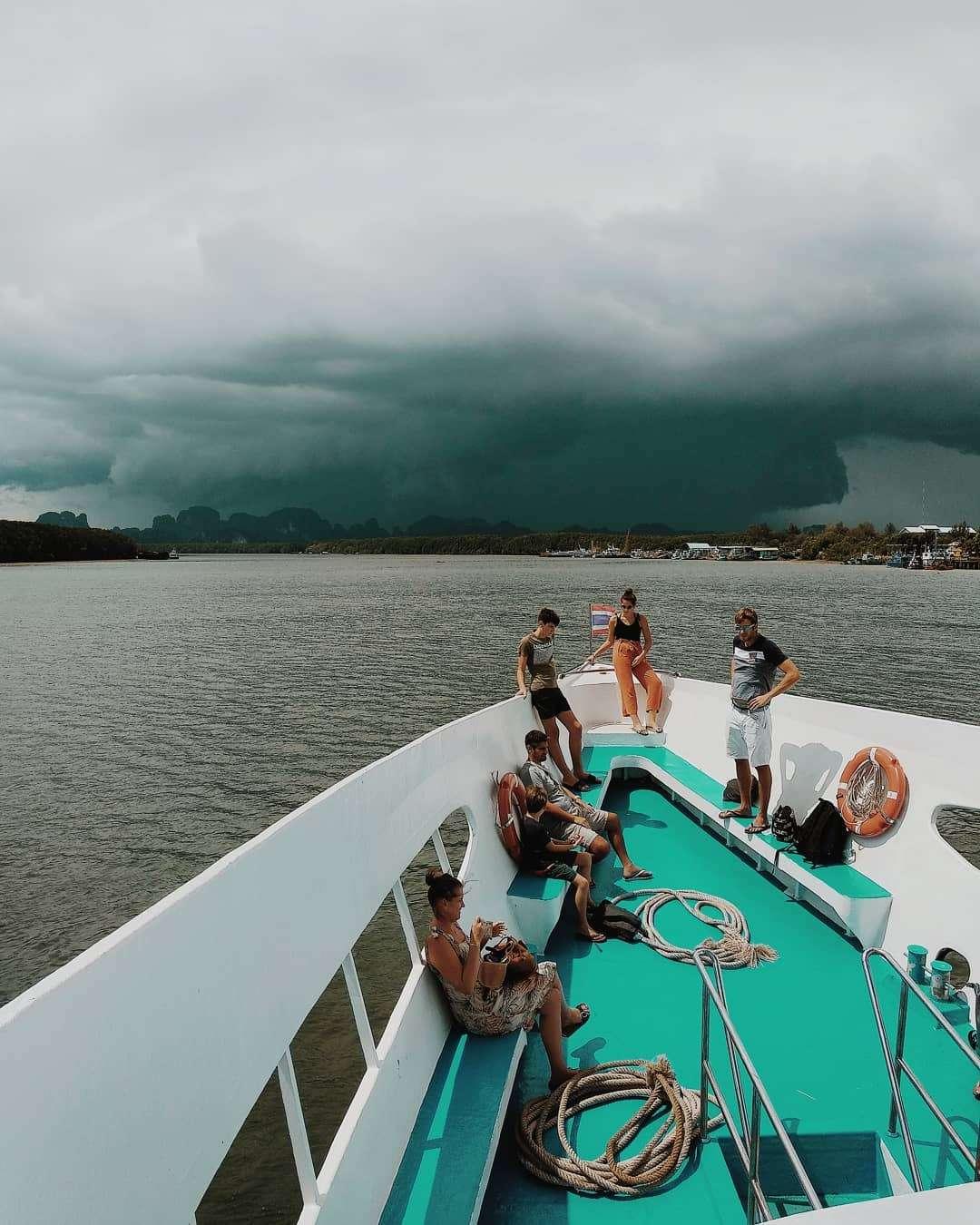 Grote regenwolk in de verte op Koh Phi Phi gezien vanaf de veerboot