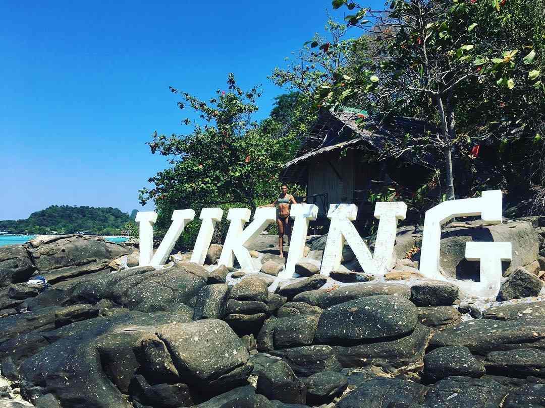 De letters van het Viking Nature Resort als je naar Long Beach vaart op Koh Phi Phi