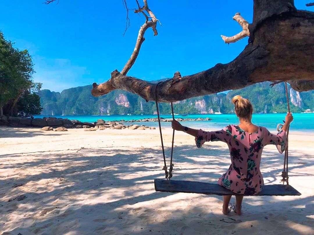 Meisje op schommel op een strand van Koh Phi Phi Thailand