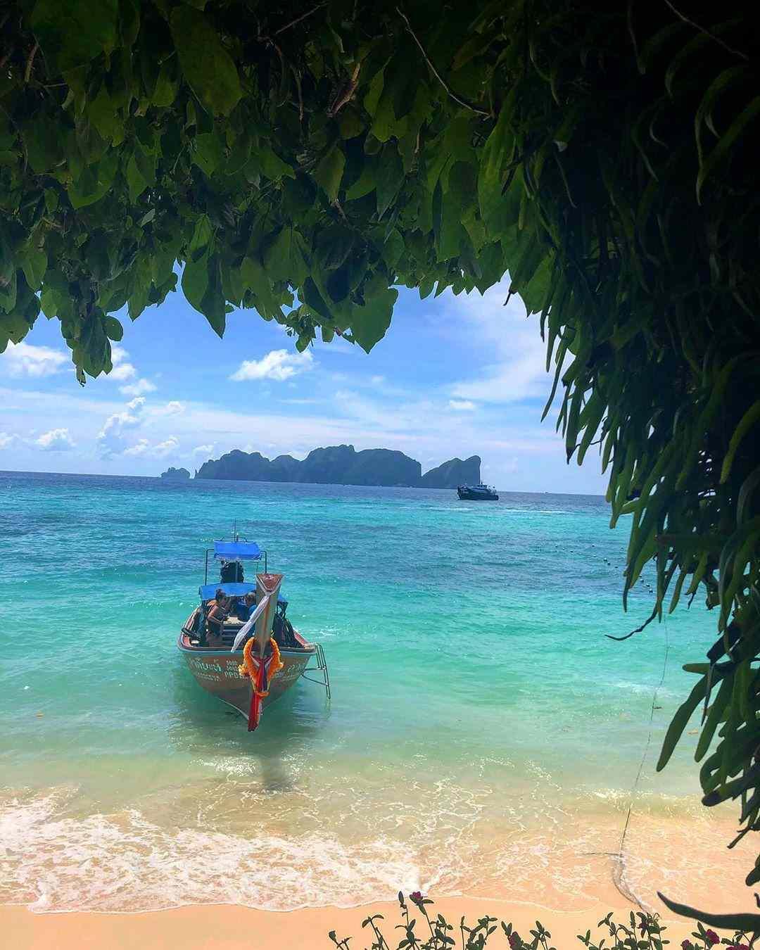 Bootje aan long beach van koh phi phi, thailand