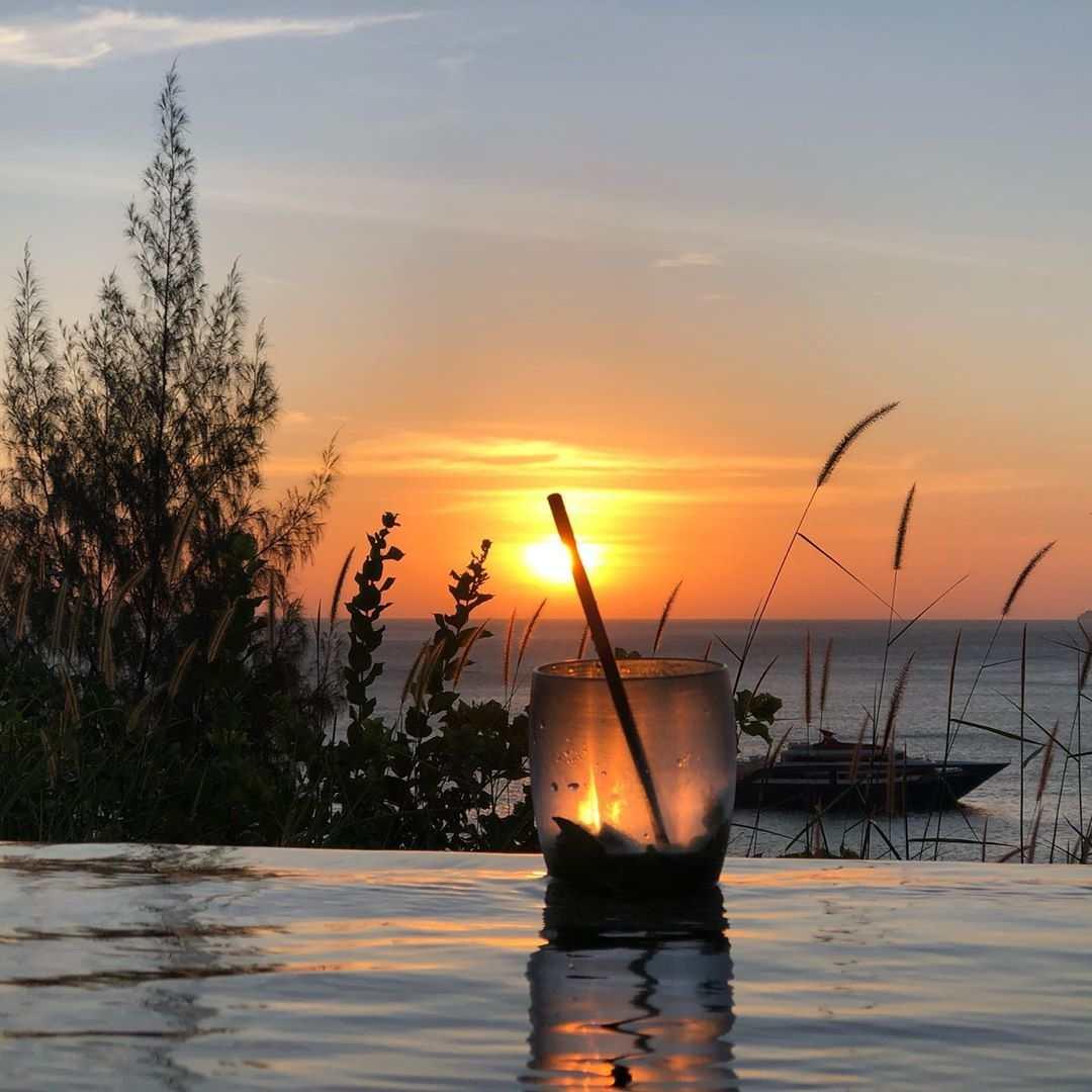 Lekker verkoelend drankje aan de rand van het zwembad met een zonsondergang bij het Holiday Inn Resort op Koh Phi Phi (Laemtong Beach)