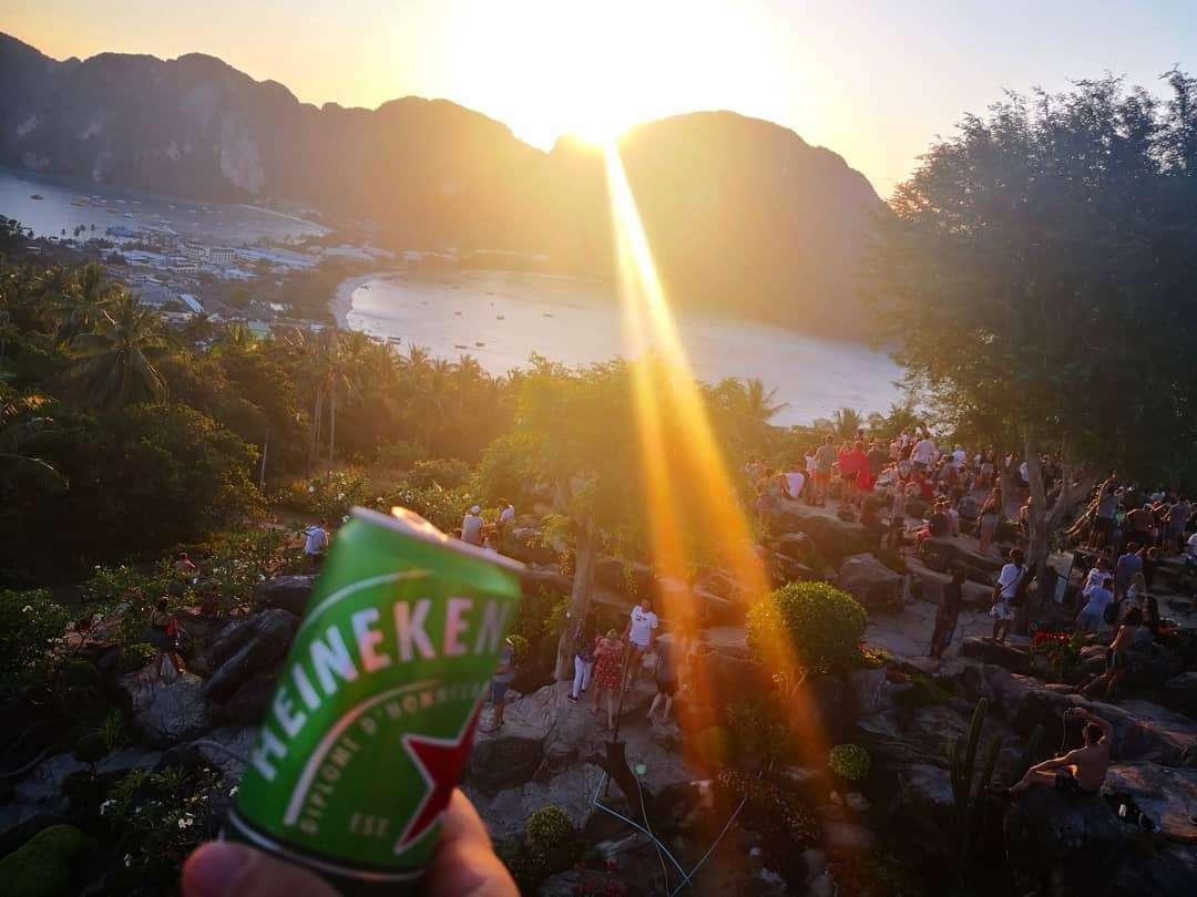 Uitzicht vanaf Phi Phi Viewpoint 2 tijdens zonsondergang met een biertje in de hand