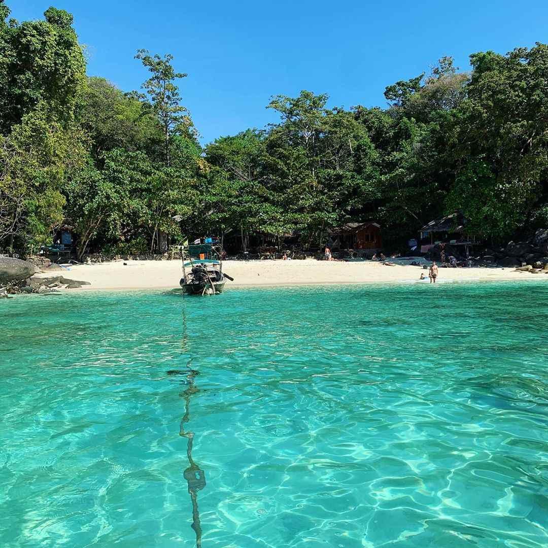 Het mooie kleine strand bij het Viking Nature Resort op Koh Phi Phi