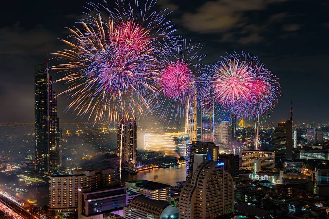 Fireworks at ICONSIAM and the Millennium Hilton Bangkok Hotel in 2019