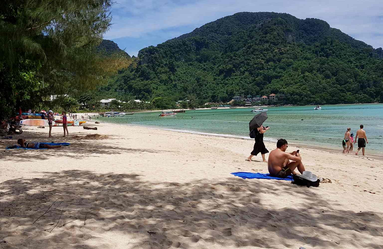 Loh Dalum Bay wit strand en blauwe zee