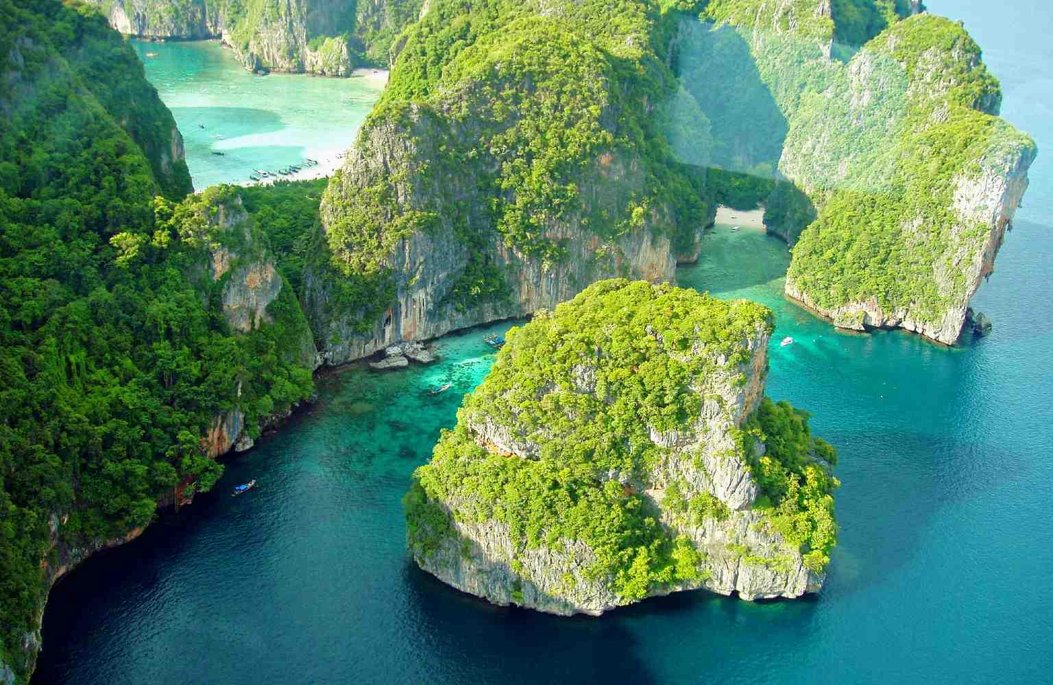 Koh Phi Phi Leh, luchtfoto van het eiland en Maya Bay