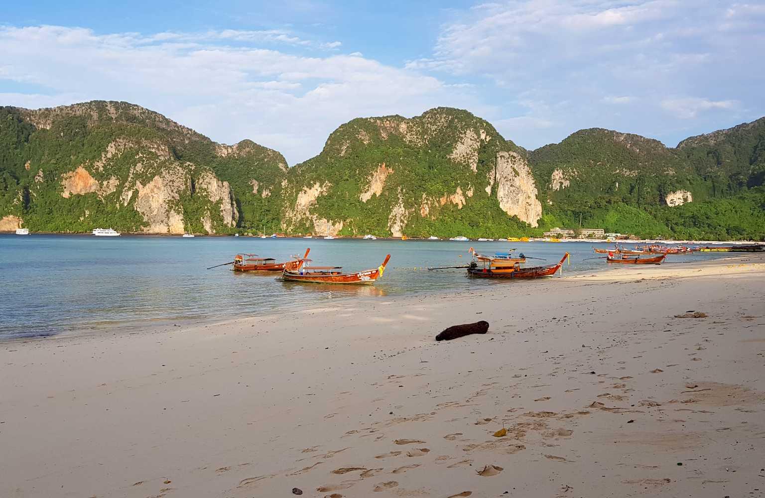 Strand voor het U Rip Resort Koh Phi Phi eiland