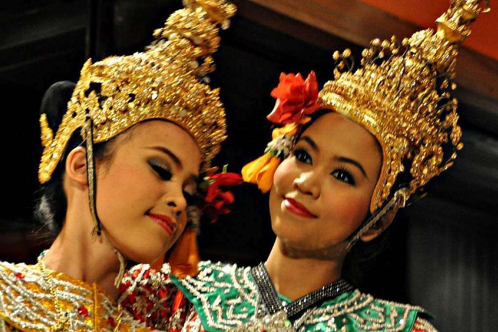 Leuk om te doen, thaise danseressen tijdens traditionele dansvoorstelling.