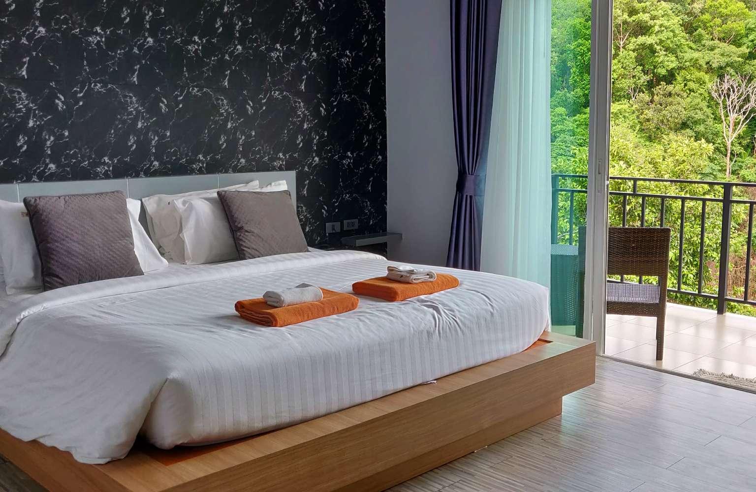 Bed en balkon van het U Rip Resort Koh Phi Phi