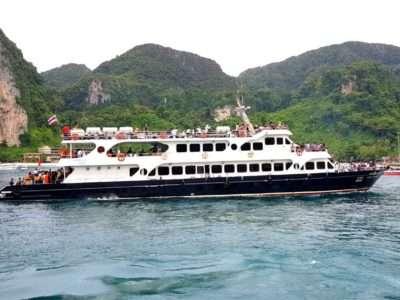 Een Veerboot Die Bijna Aankomt In De Ton Sai Pier Van Koh Phi Phi