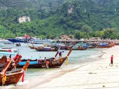 Het Strand Van Ton Sai Beach Met Longtailboten En In De Verte De Ton Sai Pier Op Koh Phi Phi, Thailand