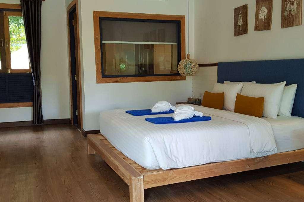 Deluxe Villa met tweepersoonsbed en voldoende ruimte van het Lanta Casa Blanca resort op Koh Lanta