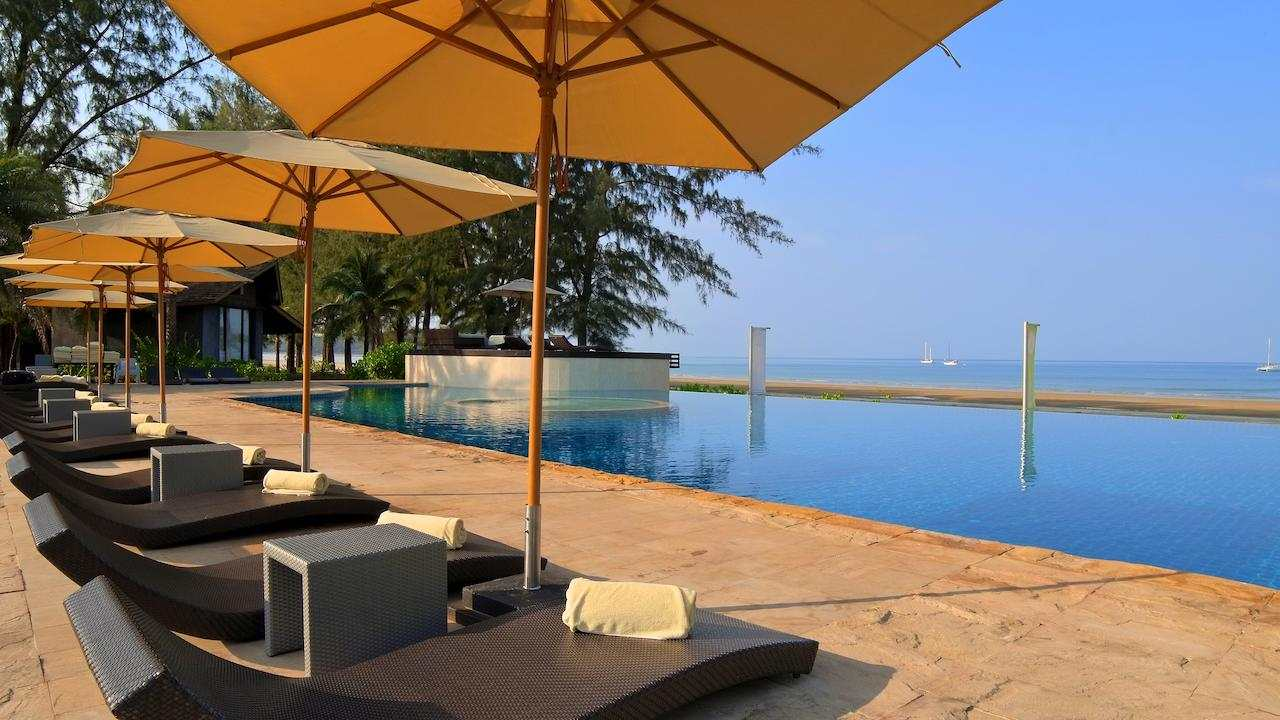 The swimming pool on the beach of Twin Lotus Resort & Spa, one of the best luxury resorts on Koh Lantarts on Koh Lanta)