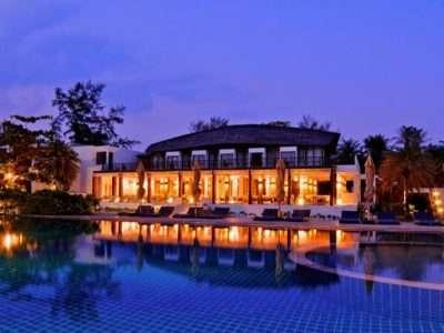 Het Restaurant En Zwembad Langs Het Strand Van Twin Lotus Op Koh Lanta (1 Van De Beste Luxe Resorts Op Koh Lanta)