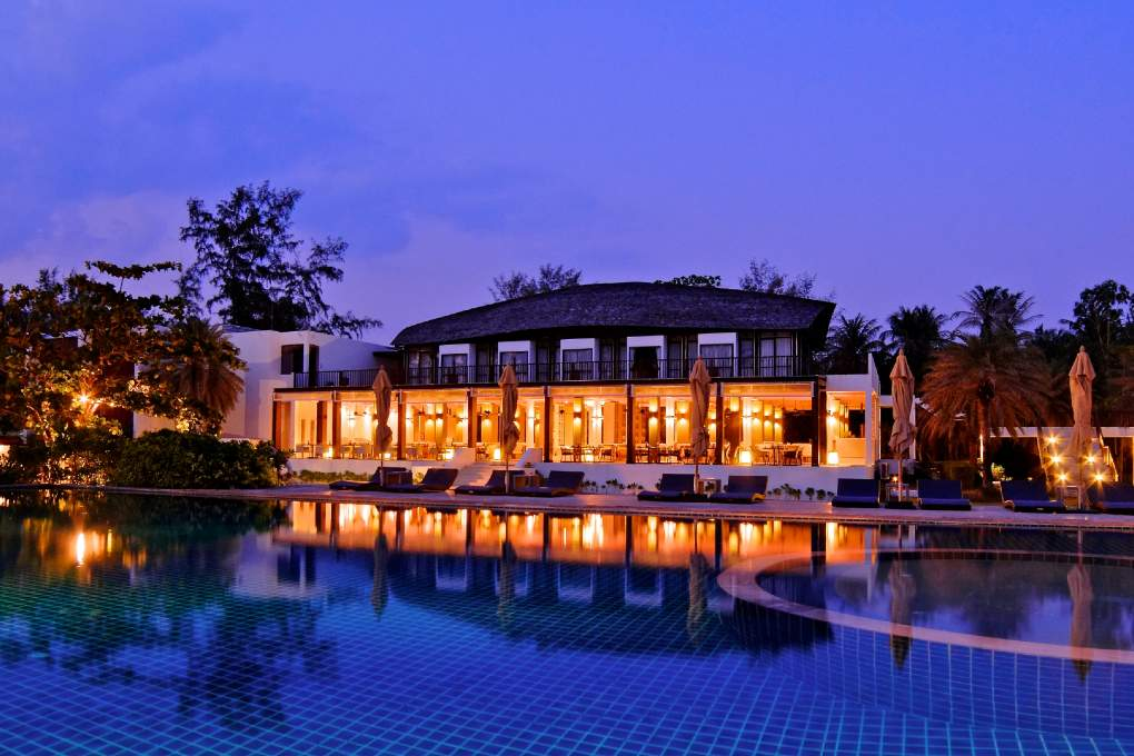 The restaurant and swimming pool along the beach of Twin Lotus on Koh Lanta (1 of the best luxury resorts on Koh Lanta)