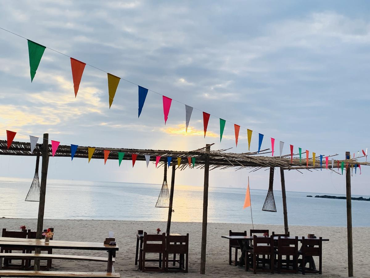 Eten aan het strand Koh Lanta Ao Nui Bay