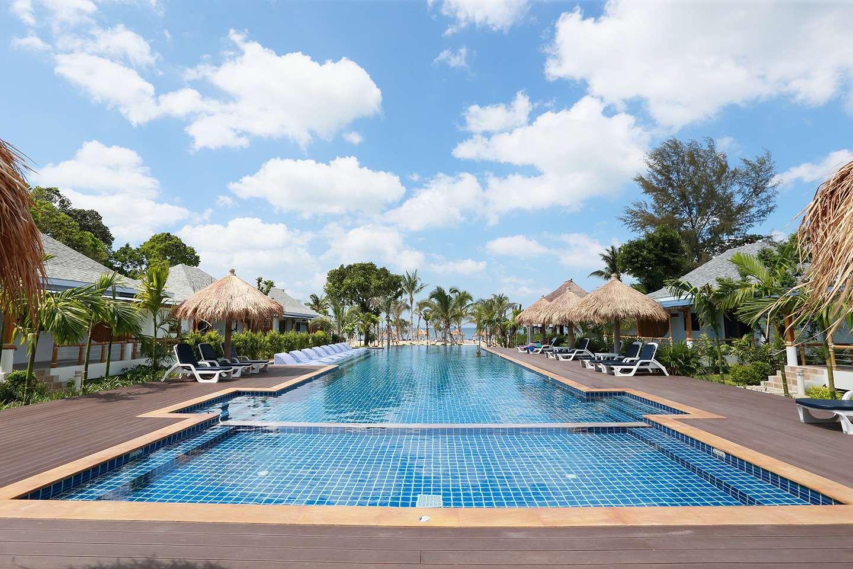 Het grote zwembad van Lanta Casa Blanca op Koh Lanta