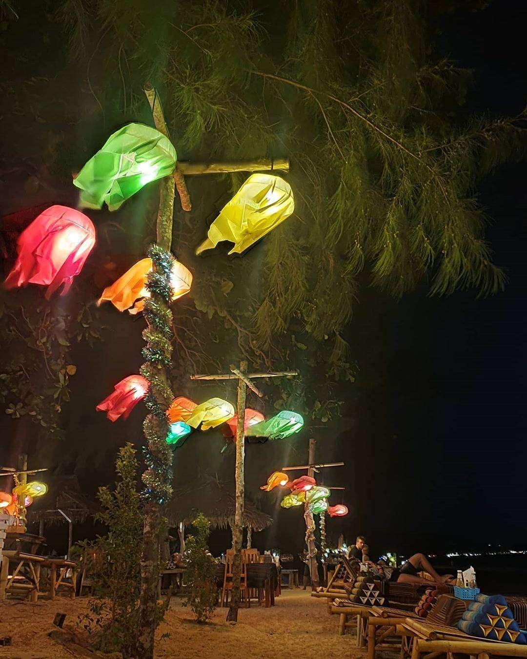 Sfeerverlichting op het strand van Koh Lanta, Thailand