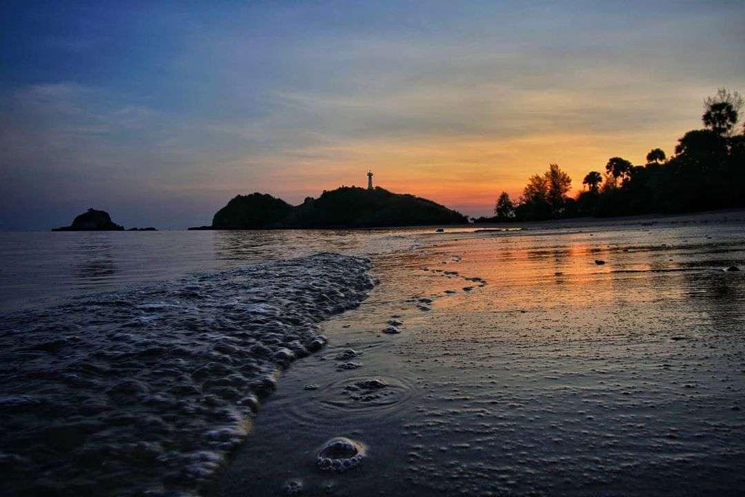 de vuurtoren van het Mu Koh Lanta National Park tijdens zonsondergang