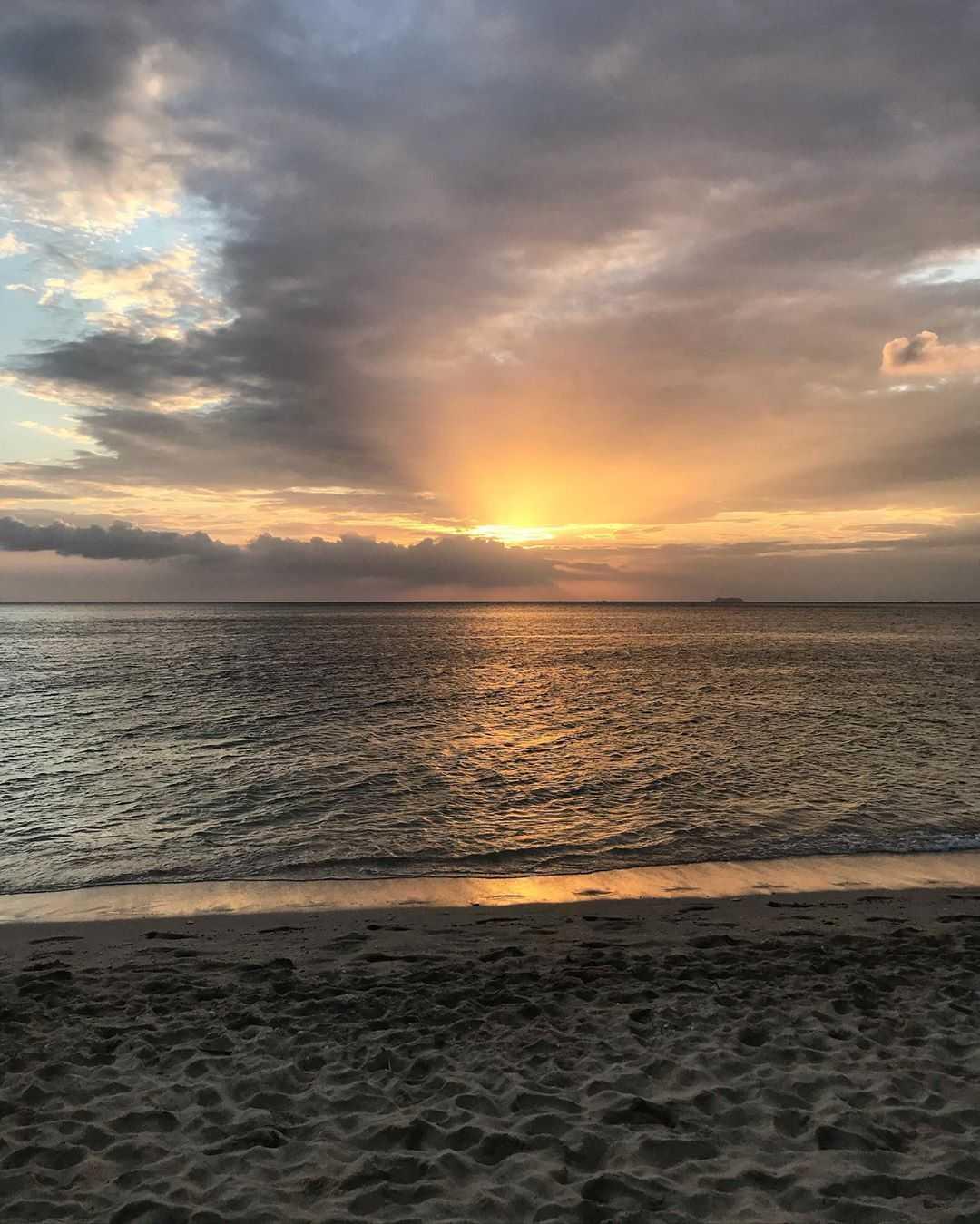 De zon die de Andaman zee inzakt op Koh Lanta