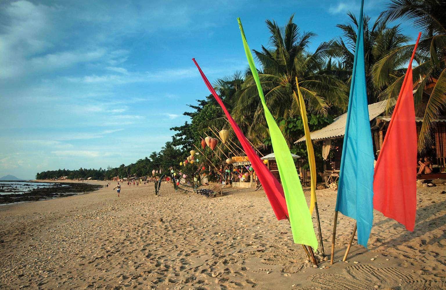 Vlaggen op het strand Klong Khong