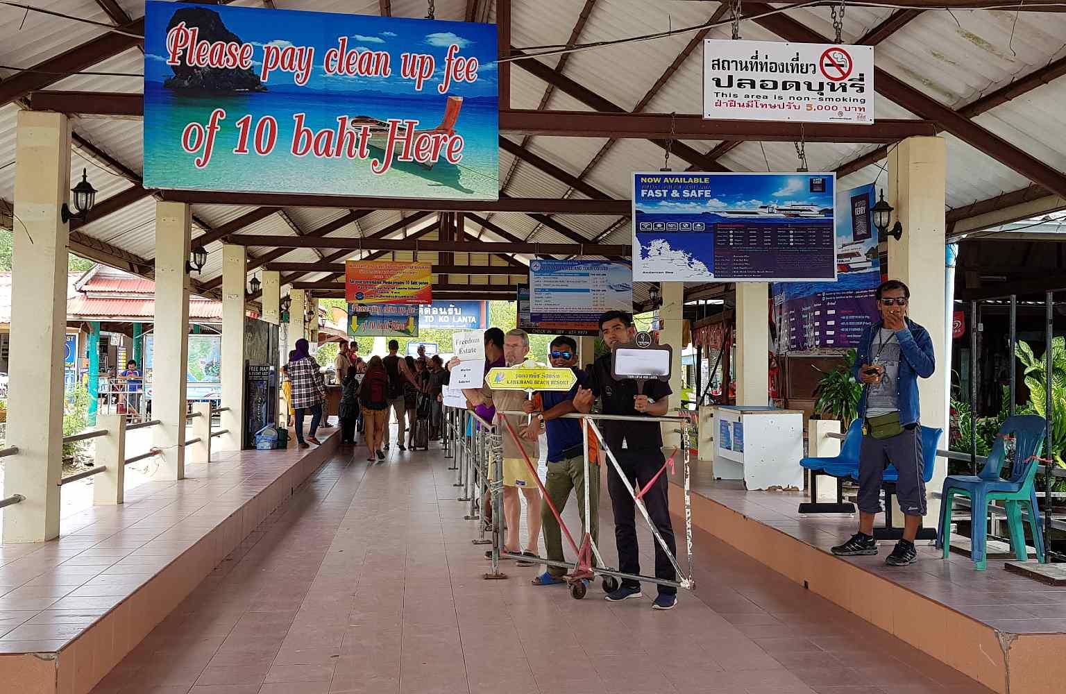 Saladan Koh lanta, hotel medewerkers wachten op gasten