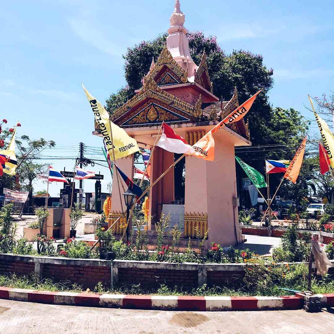 Old Town Koh Lanta, small temple on roundabout
