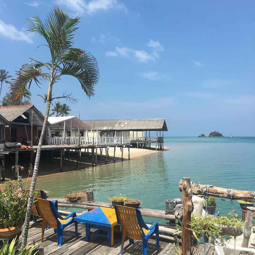 Restaurants op palen aan het water bij Saladan Koh Lanta