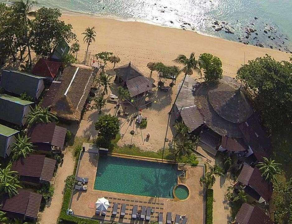 Coco Lanta Resort hotel met zwembad aan het strand van Klong Khong Beach